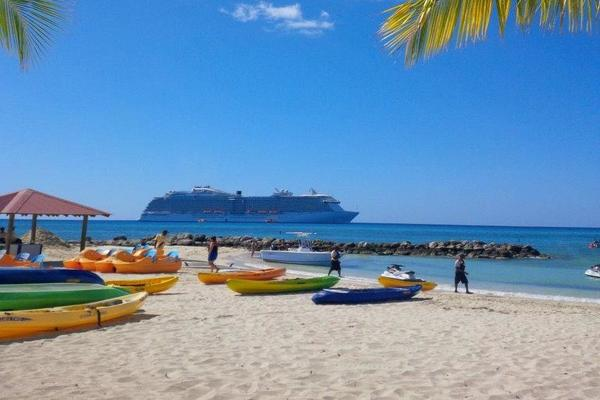 regal_princess_in_caribbean_sea.jpg